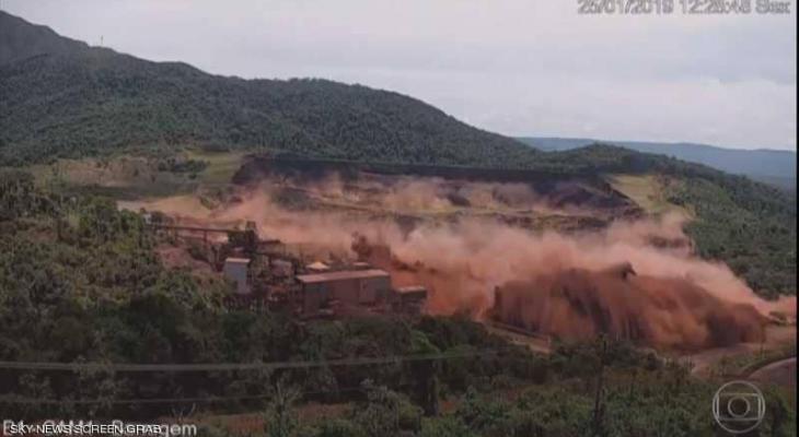 """انهار السد ودفن """"150"""" شخص فيديو لحظة """"الاكتساح المروع"""" بالبرازيل"""