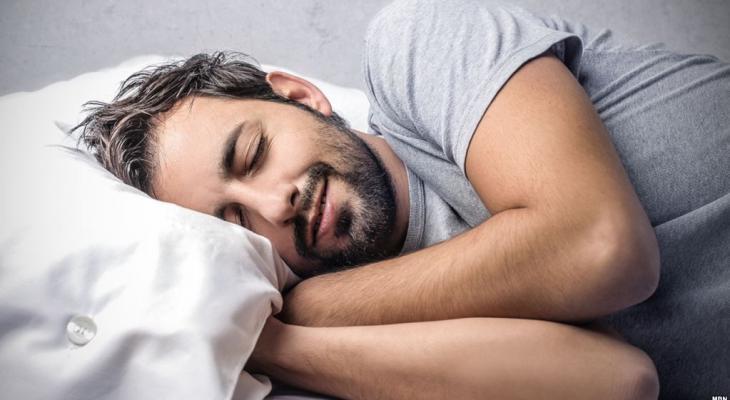 دراسة : رسائل الجسم 8 أسباب توقظك من نومك العميق في الليل
