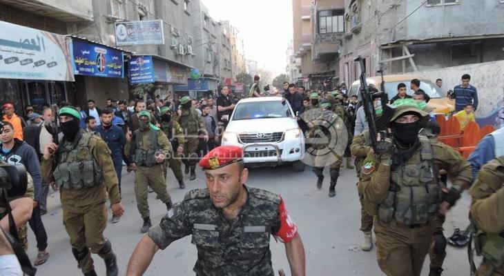 بالصور: جماهير غفيرة تُشيّع جثماني شهيدي الشرطة بمخيم النصيرات