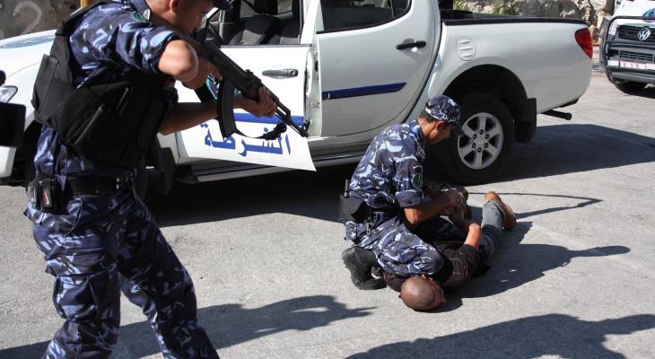 الشرطة تلقي القبض.