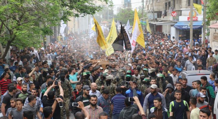 """بالفيديو والصور: جماهير غفيرة تُشيّع جثمان شهيد """"القسام"""" بغزة"""