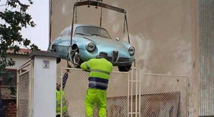 """شاهدوا بالصور: اكتشاف سيارة قديمة في """"قبو""""وبيعها بسعر خرافي"""