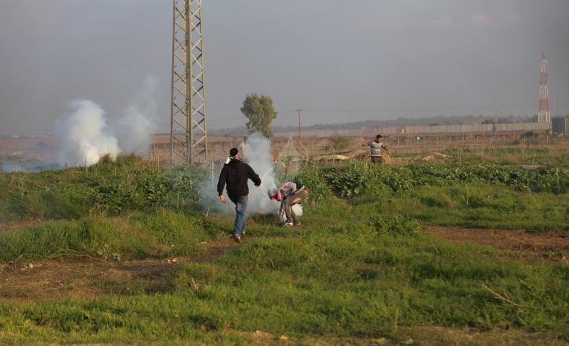 الاحتلال يطلق الرصاص وقنابل صوتية صوب المزارعين شرق خانيونس