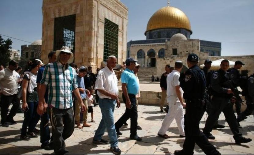 مستوطنون يقتحمون باحات الأقصى بحماية أمنية مشددة من شرطة الاحتلال