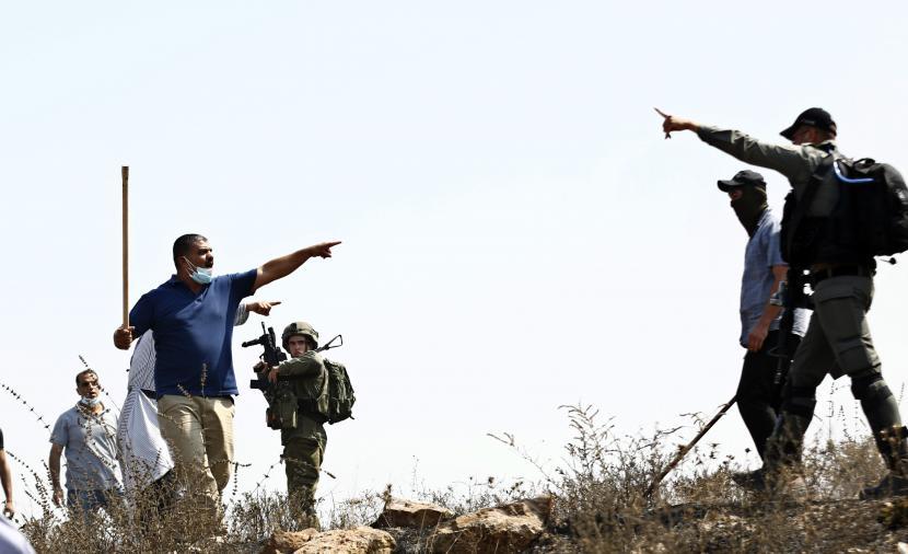 مستوطنون يُهاجمون مواطنين جنوب الخليل