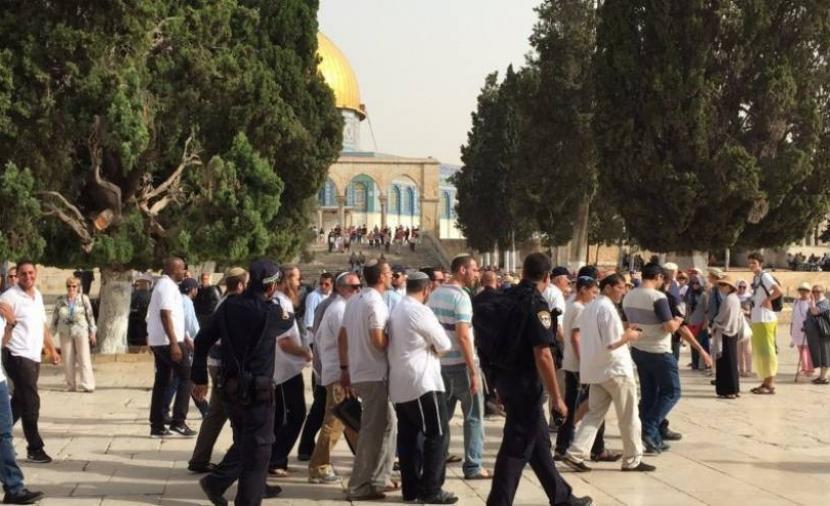 عشرات المستوطنين يقتحمون المسجد الأقصى بحراسة مشدّدة