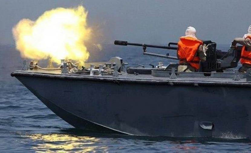 الزوارق الحربية تستهدف مراكب الصيادين قبالة بحر غزة