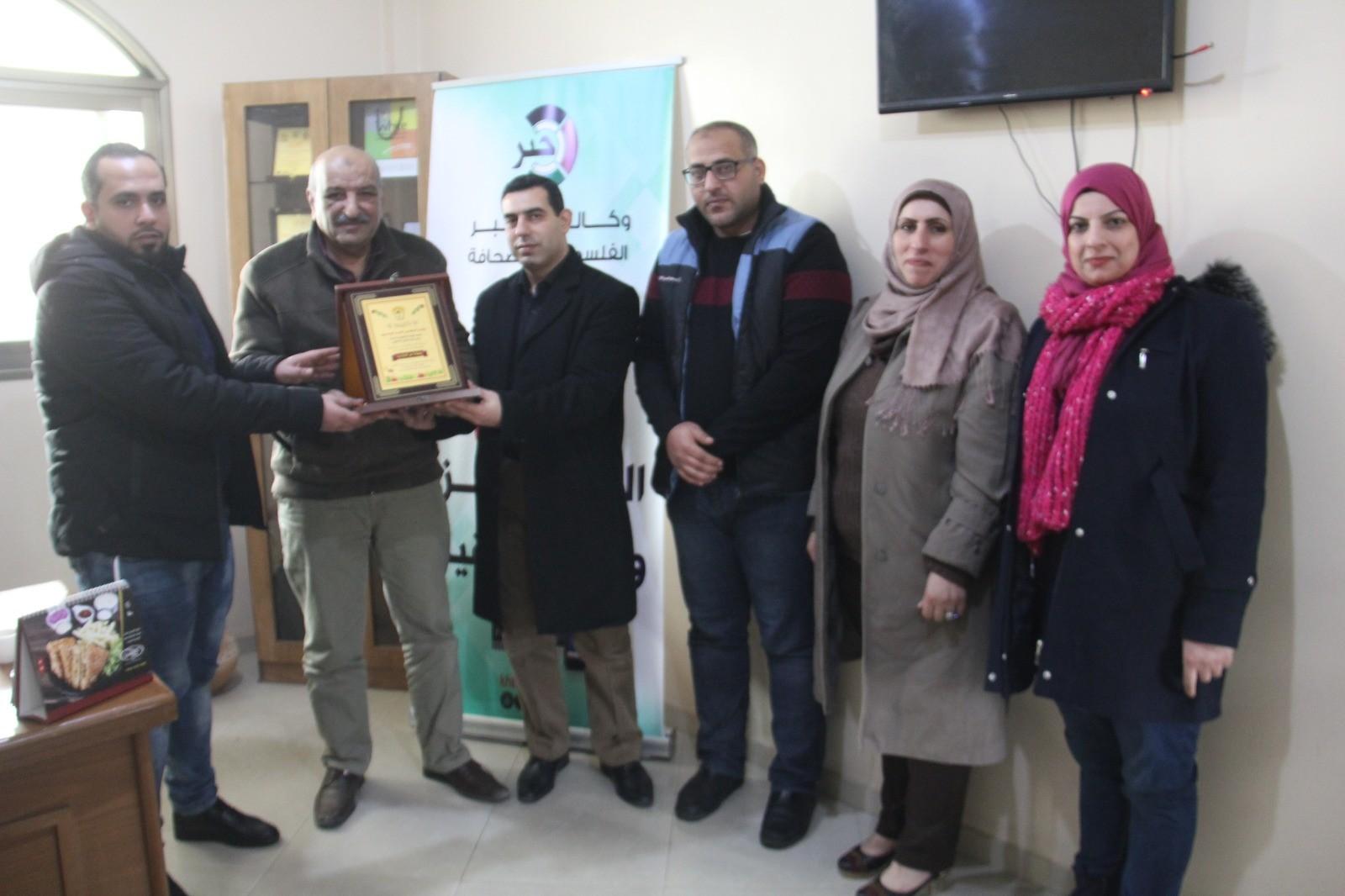 بالصور: دائرة شؤون اللاجئين بمنظمة التحرير تزور مقر وكالة خبر