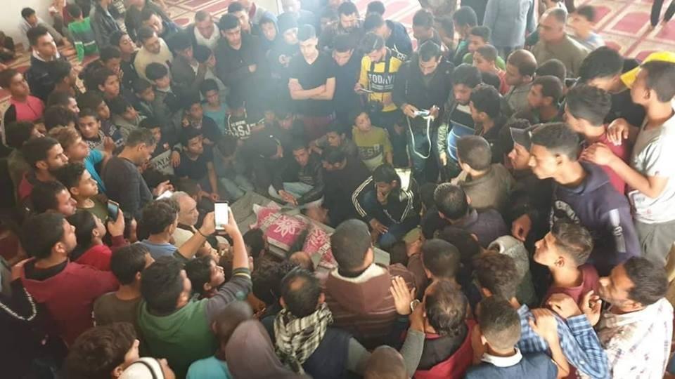 """بالصور: جماهير غفيرة تُشيّع جثمان الطفل """"شقفة"""" برفح"""
