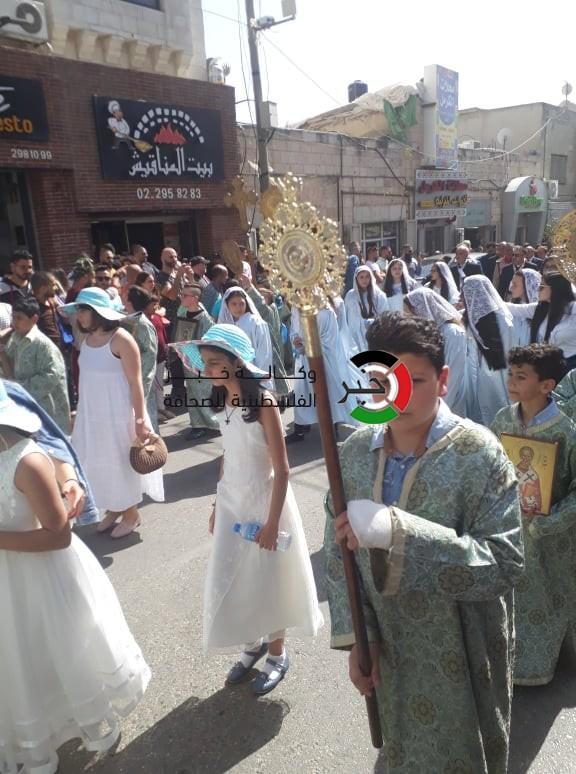 """الطوائف المسيحية تحتفل بـ""""سبت النور"""" في مدن الضفة المحتلة"""