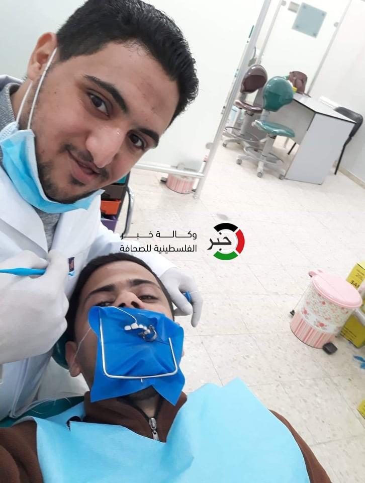 صور: مُتحدياً مشكلة خلقية.. طبيب أسنان من غزّة قرر مداواة نفسه