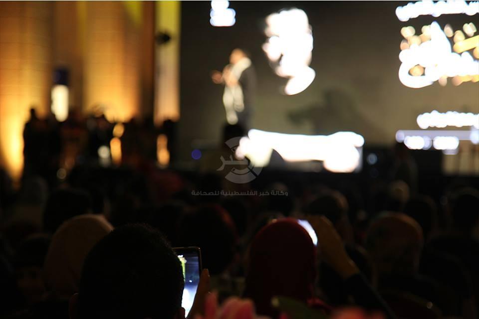 """شاهد بالصور: الشاعر المصري """"الجخ"""" يُشعل مدينة روابي في رام الله بقصائد متنوعة"""
