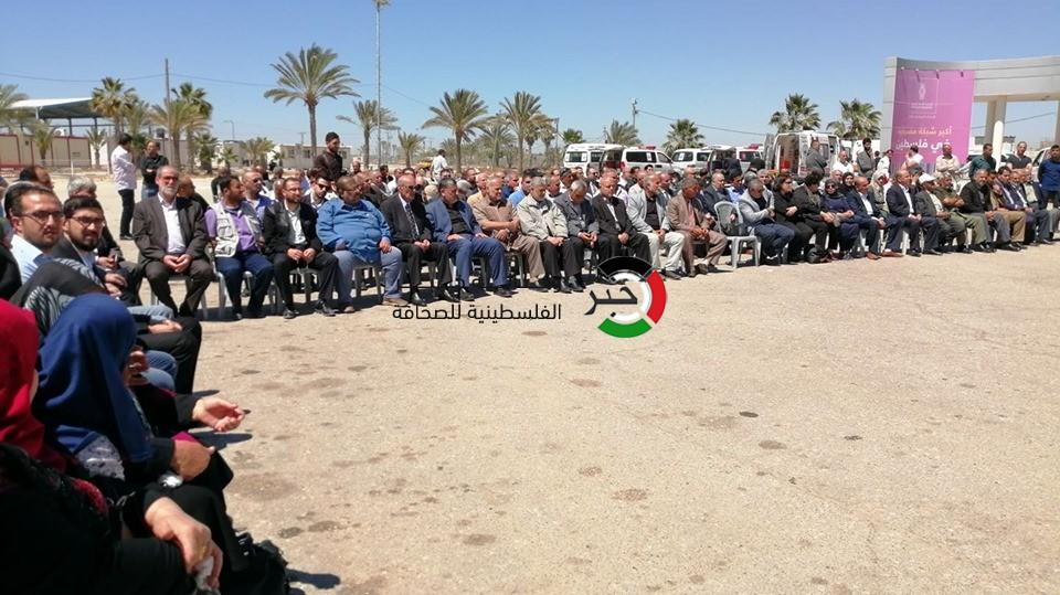 """بالفيديو والصور: قادة الفصائل الفلسطينية تستقبل جثمان الراحل """"مهنا"""" على معبر رفح"""