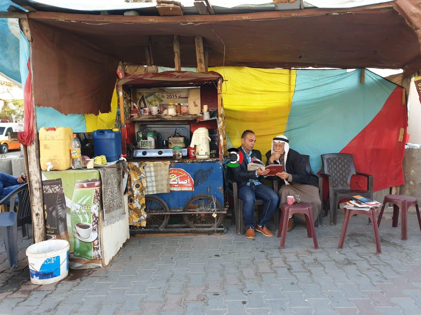 بالصور: فقط في غزّة.. روائي وأديب ينتهي به الحال بائعاً للقهوة على عتبات الطرق