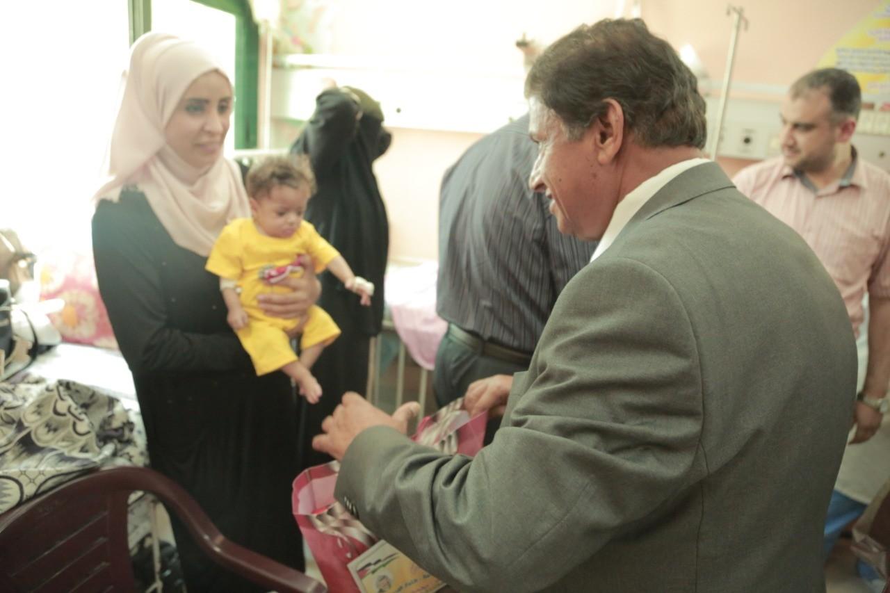 """بالفيديو: كتلة فتح برئاسة النائب """"دحلان"""" تُقدم هدايا لأطفال مستشفى الرنتيسي في غزّة"""
