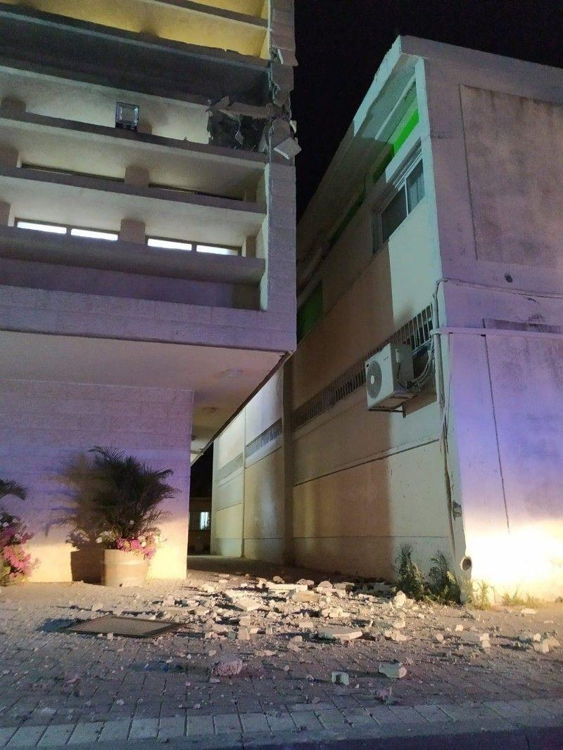 """بالصور: إصابة مبنى في مستوطنة """"سديروت"""" بصاروخ أطلق من غزّة"""