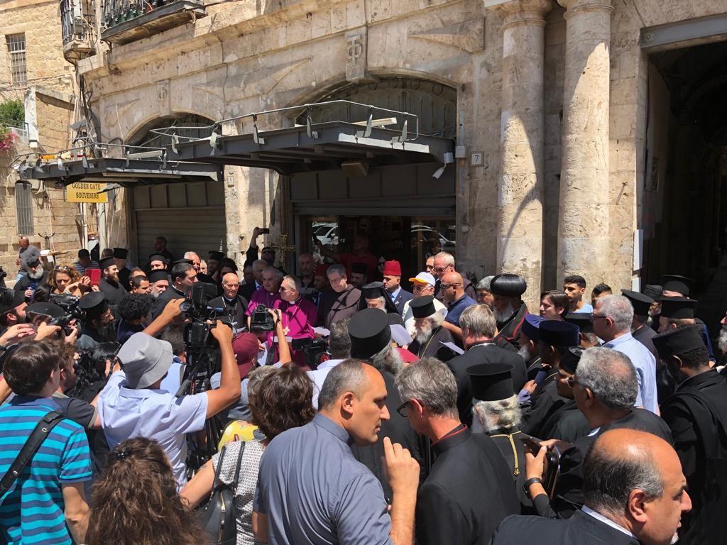 بالصور: بطاركة ورؤساء كنائس القدس يُنظمون مسيرة وصلاة جماعية في باب الخليل
