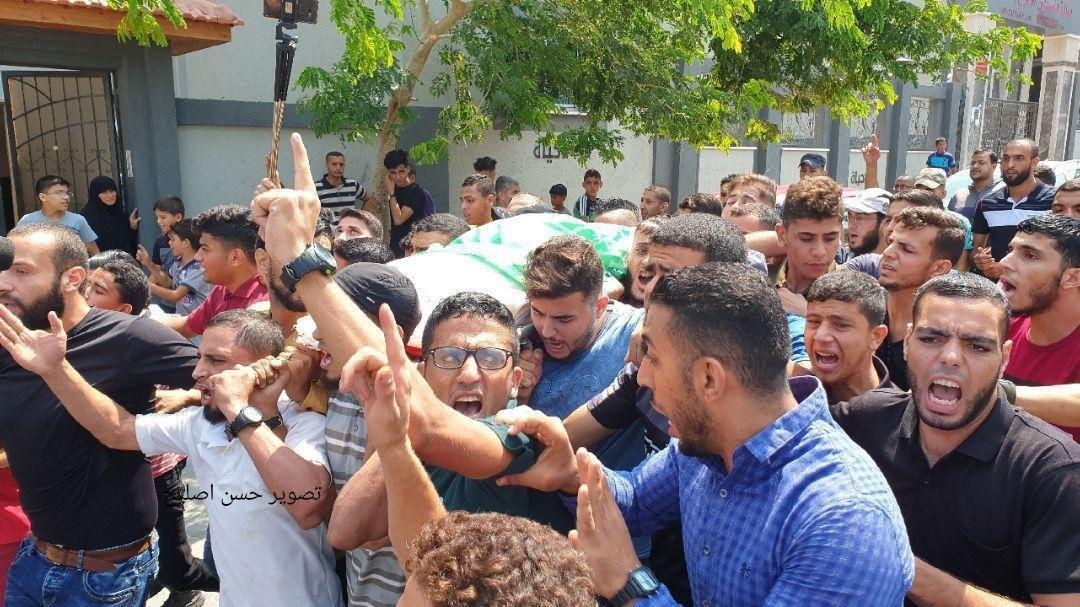 بالصور: جماهير غفيرة تشيع جثامين 3 شهداء شمال القطاع