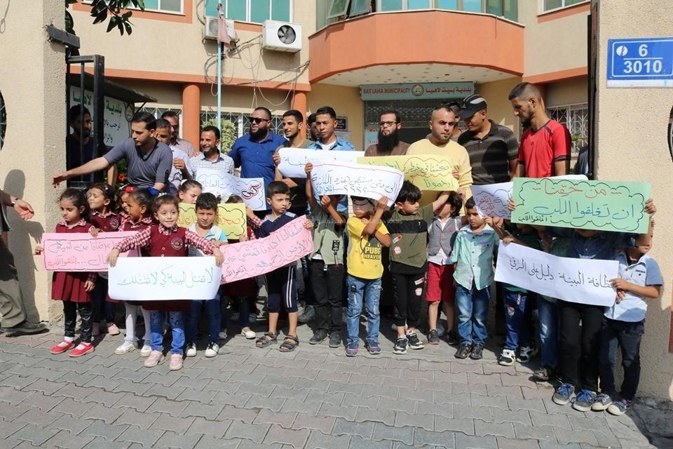 شاهد: وقفة أمام بلدية بيت لاهيا للمطالبة بإنقاذ الآلاف من كارثة بيئية