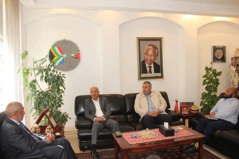 هولي وسفير افريقيا.jpg