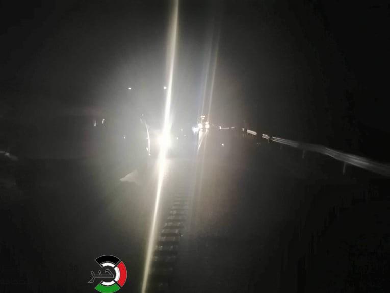 """شاهد بالفيديو والصور: الاحتلال يُغلق مفترق """"عبده"""" جنوب الخليل بزعم تفجير جسم مشبوه"""