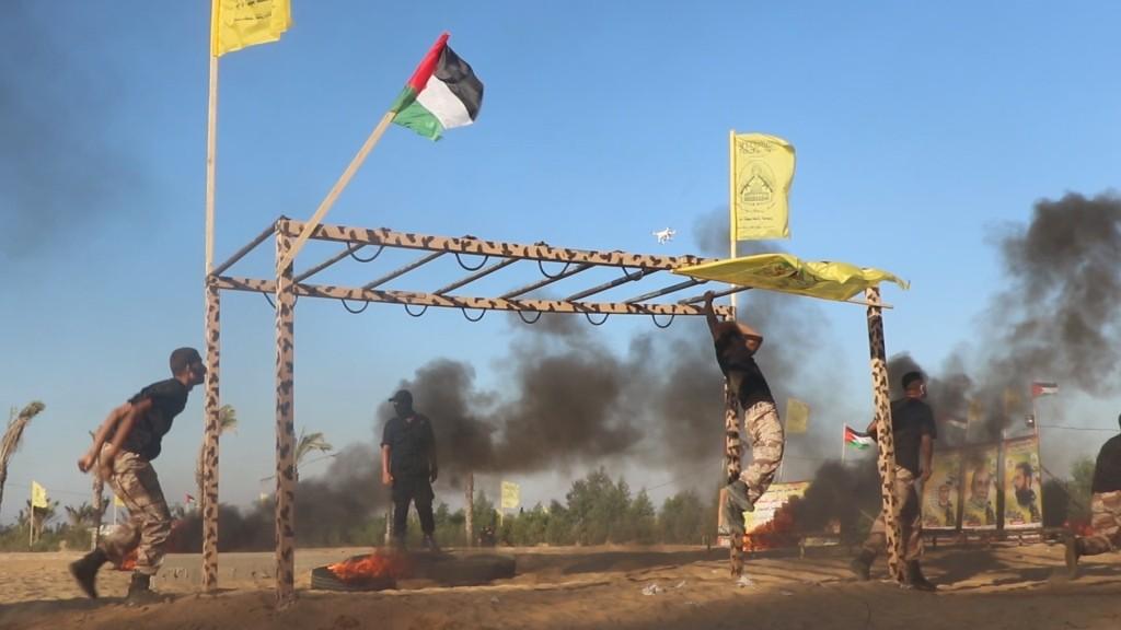 """شاهد: الجناح العسكري لحركة """"فتح"""" يُخرّج عشرات المقاتلين في غزّة.. وقائده يتوعد الاحتلال!!"""