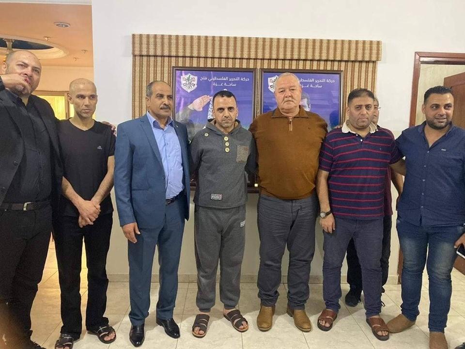 شاهد: تيار الإصلاح بزعامة النائب دحلان يُفرج عن عدد من الموقوفين في غزّة