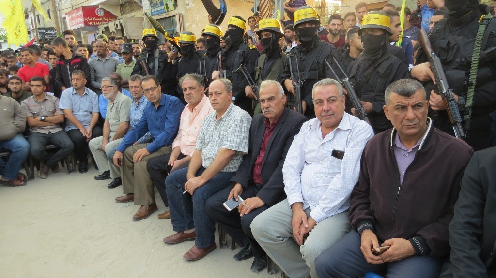 """شاهد: الجناح العسكري لحركة """"فتح"""" يُؤبن ثلاثة من شهدائه في شمال قطاع غزّة"""