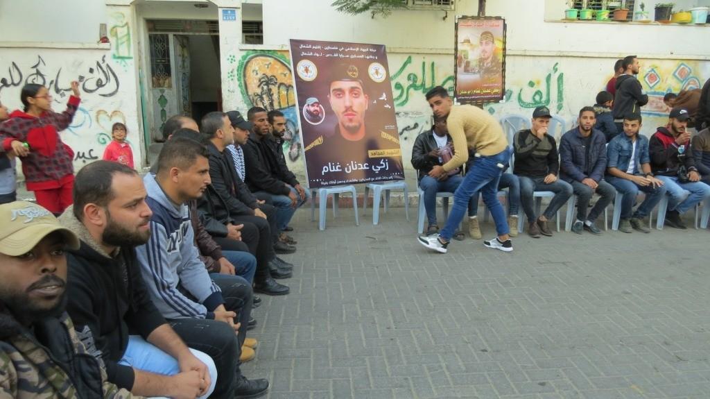 شاهد: كتائب الأقصى تُشاطر عوائل شهداء العدوان الإسرائيلي الأخير على غزّة