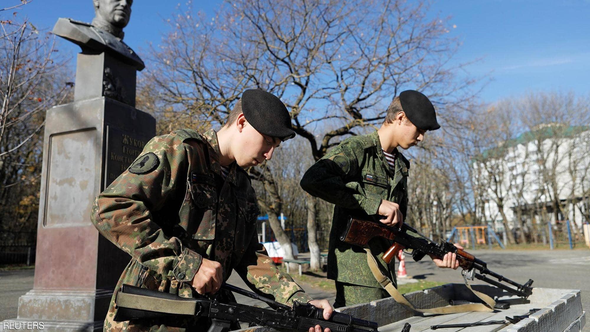 """بالصور: تلاميذ """"روس"""" يتدربون على تجميع """"كلاشينكوف"""" في مئوية مخترعه"""