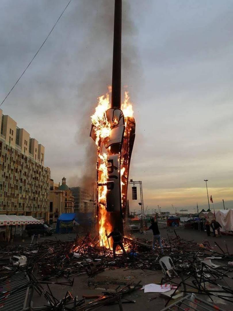 """مجهولون يحرقون مجسم """"نبض الثورة"""" في بيروت"""