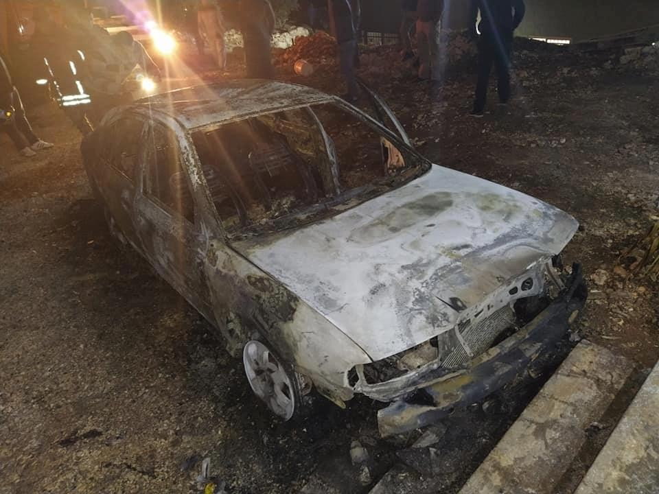 مستوطنون يحرقون مركبتين في قلقيلية ويخطون شعارات عنصرية