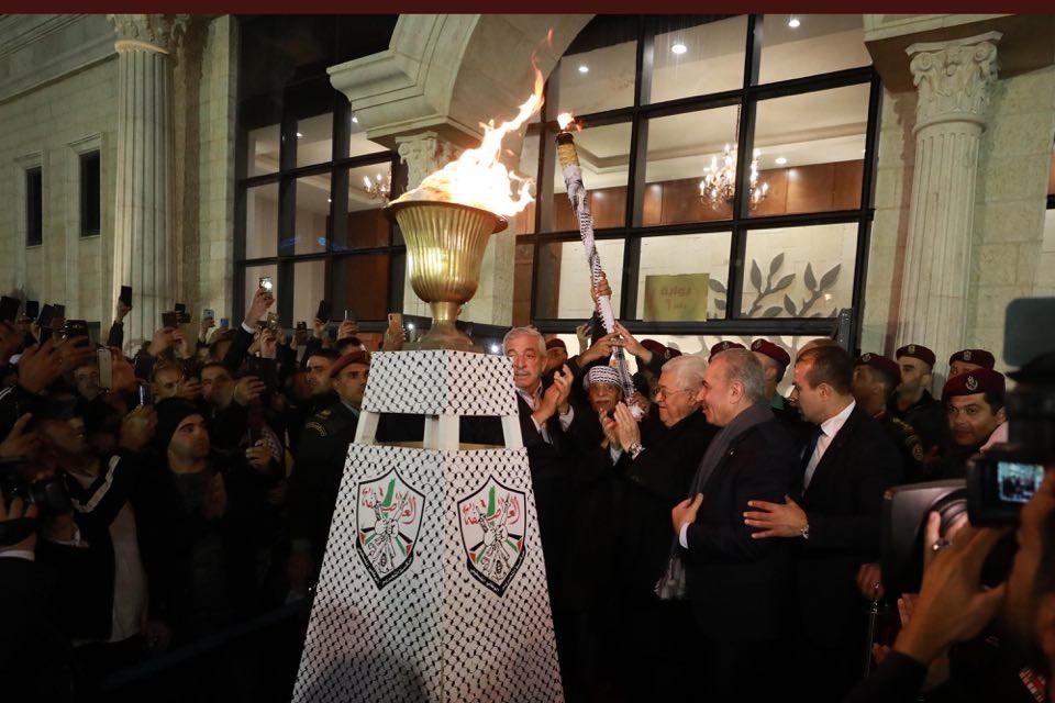 شاهد: وكالة خبر ترصد لحظة إيقاد الرئيس عباس شعلة انطلاقة الثورة الفلسطينية