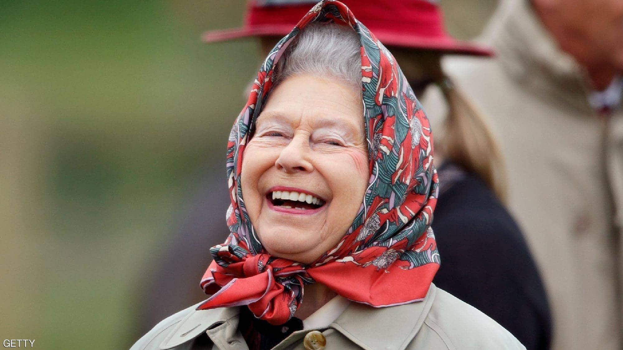 """شاهدوا: """"الكلاشنيكوف"""" تكشف الوجه الآخر لصاحبة التاج البريطاني"""