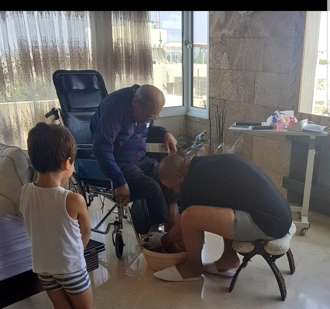 """شاهد: الفنان اللبناني """"رامي عياش"""" يغسل قدمي والده"""