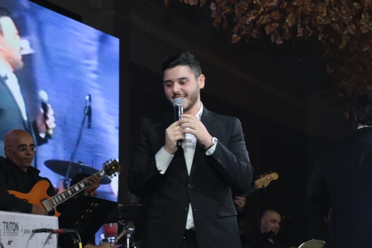 """بالفيديو والصور: نجل  الفنان اللبناني """"عاصي الحلاني"""" يشاركه حفل رأس السنة لأول مرة!"""