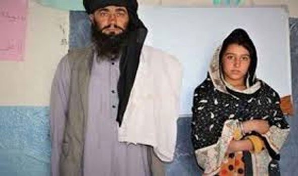 """بالصور:  قصة ملهمة """"أب أفغاني"""" يسافر 12 كيلو يوميا لنقل """"بناته"""" إلى المدرسة لهدف سام"""