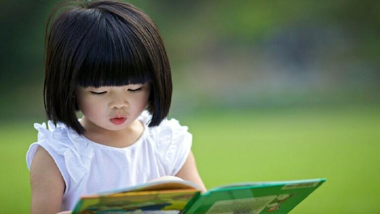 """بالصور: لأول مرة.. """"وزير ياباني"""" في إجازة رعاية الرضيع"""