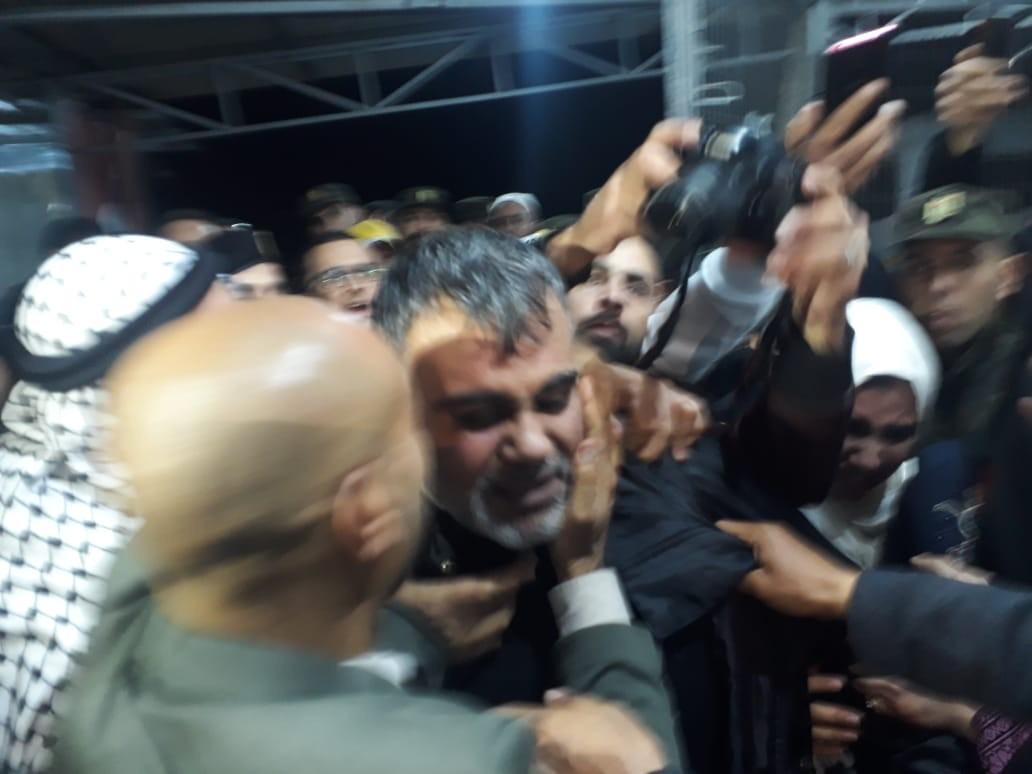 شاهد: سلطات الاحتلال تفرج عن أسير من رفح بعد اعتقال 17 عامًا
