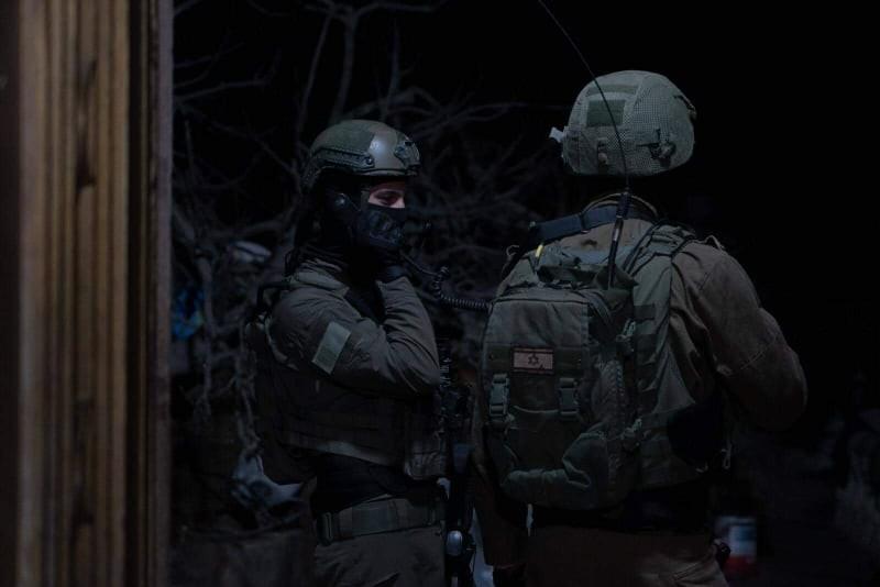 """بالفيديو والصور: الاحتلال يزعم العثور على جثة منفذ عملية """"دوليف"""" وبجوارها أسلحة"""