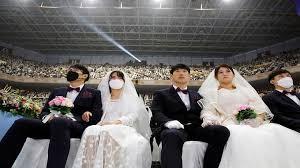 """بالفيديو والصور: رغم مخاوف فيروس """"كورونا"""".. حفل زفاف """"جماعي"""" في كوريا الجنوبية"""