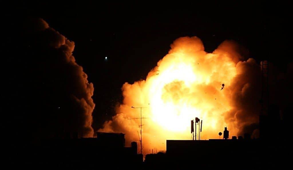 شاهد: طائرات الاحتلال الإسرائيلي تشن غارات على مواقع للمقاومة في قطاع غزة
