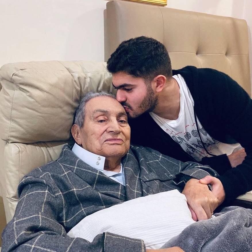 """حفيد """"مبارك"""" ينشر آخر صورة له عقب تعرضه لوعكة صحية"""