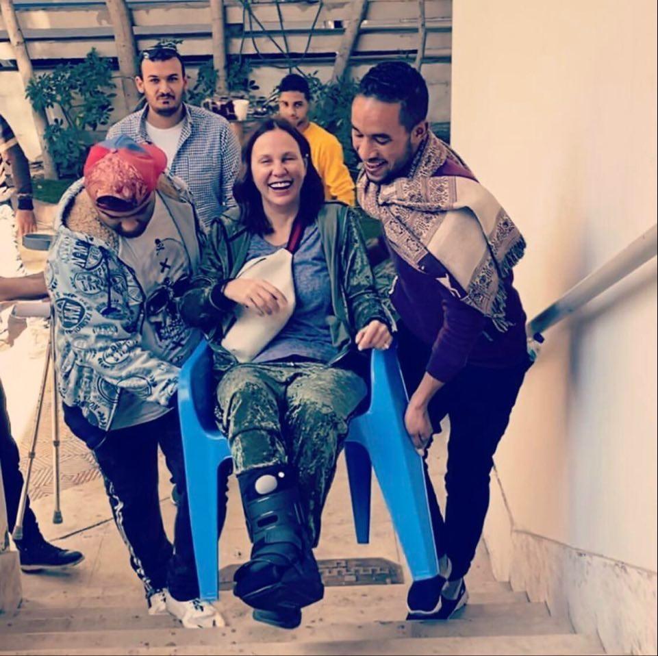 """بالصور: بسبب إصابة قدمها الفنانة """"شيرين رضا"""" على كرسى فى تصوير """"ليه لأ"""""""