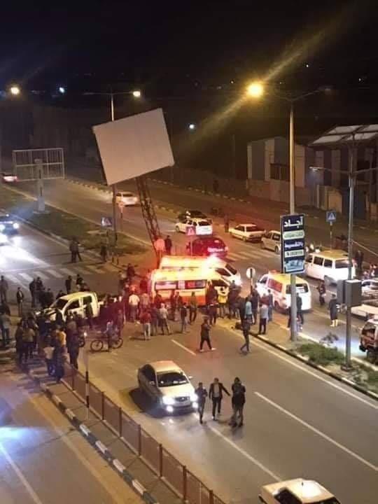 شاهد: 3 إصابات إثر اصطدام جيب شرطة بلافتة وسط قطاع غزّة