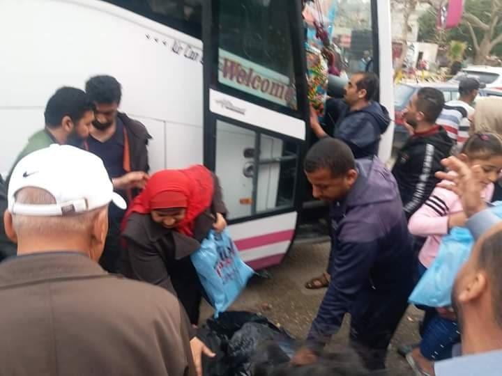 """شاهد: وكالة """"خبر"""" ترصد لحظة مغادرة 321 مواطناً لمراكز الحجر الصحي بغزة"""