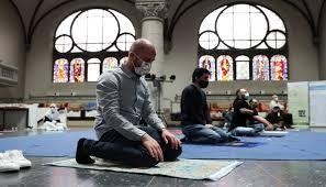 """بالصور: بسبب """"فيروس كورونا"""" كنيسة ألمانية تستضيف صلوات المسلمين"""