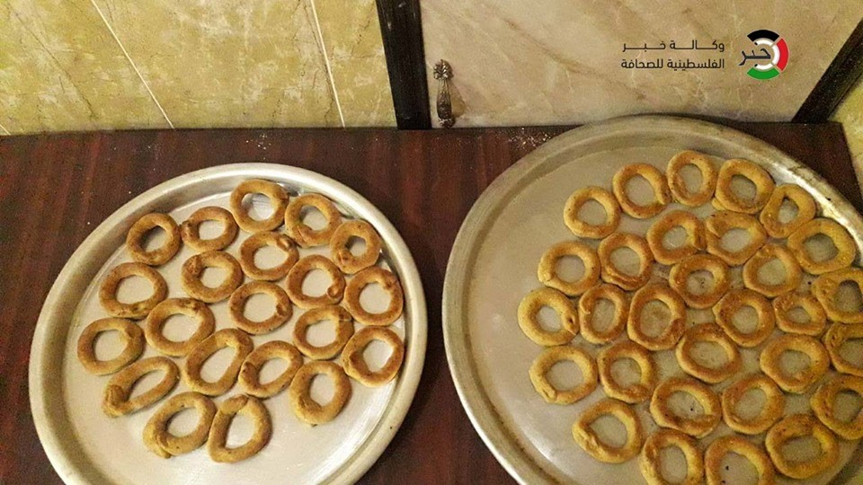 بالفيديو والصور: مبادرة لتوزيع كعك العيد على الأسر المتعففة في قطاع غزة