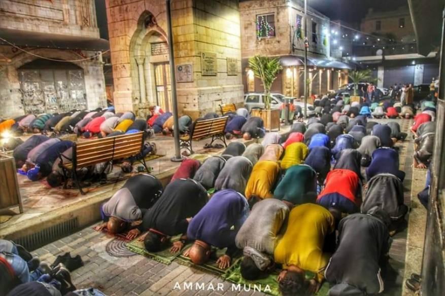 الفلسطينيون يؤدون صلاة الفجر في مساجد الضقة الغربية