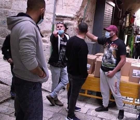 """شاهد: الاحتلال يعتقل متطوعين من تيار الإصلاح بـ""""فتح"""" أثناء توزيع طرود غذائية في القدس"""